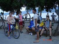 in front of butiga, cijenovno najpogodnijim turisti�kim odredi�tem Kva�klanda