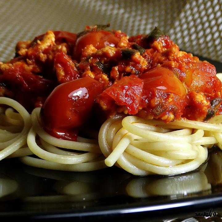 * Pureća pašta šuta (puretina, špageti, rajčica) ... 470 kcal